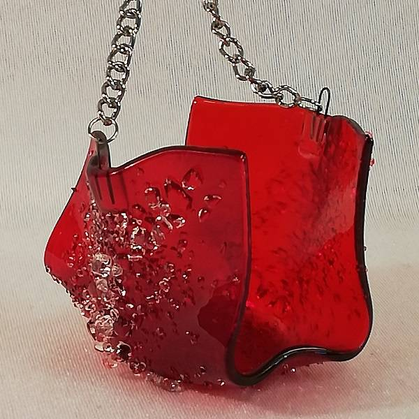 Bilde av Håndlaget t- lysestake hengende, rød med klare