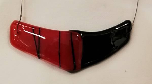 Bilde av Smykke i glass 088, sort/rødt