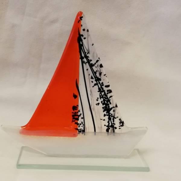 Håndlaget båt i glass, orange/sort