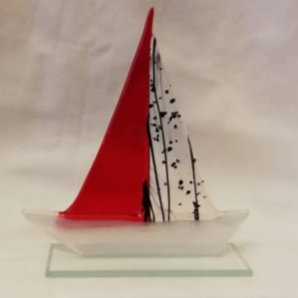 Håndlaget båt i glass, rød/sort