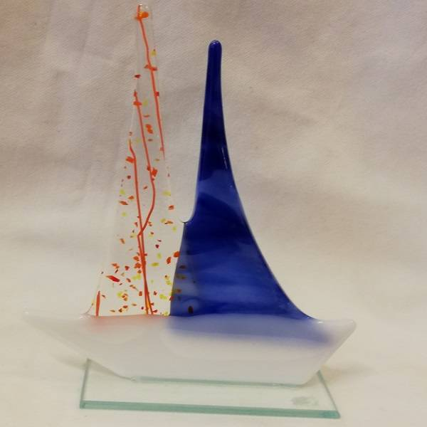 Håndlaget båt i glass, blå/orange