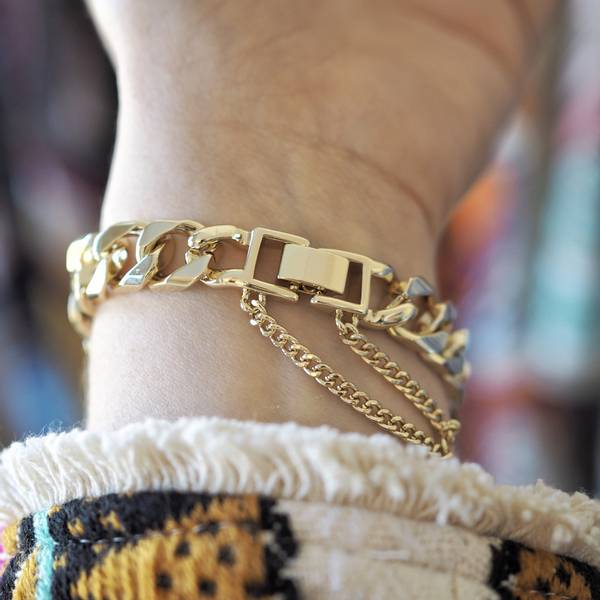 Armbånd med bred gullenke og dekorativ lås