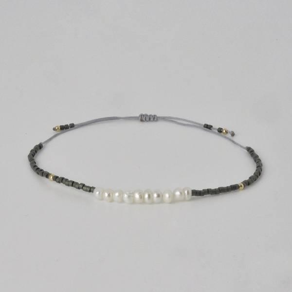 Armbånd med flere perler grå