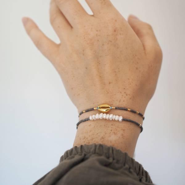 Armbånd med flere perler gråblå