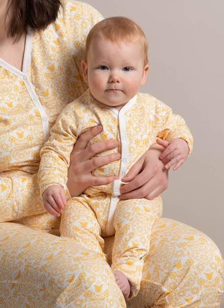 Bilde av Lilleba baby kosedrakt, gul folklore