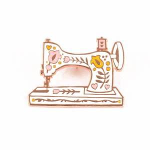 Bilde av Vintage Sewing Machine Enamel Pin