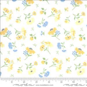 Bilde av Moda Fabrics Spring Brook Cloud med blomster