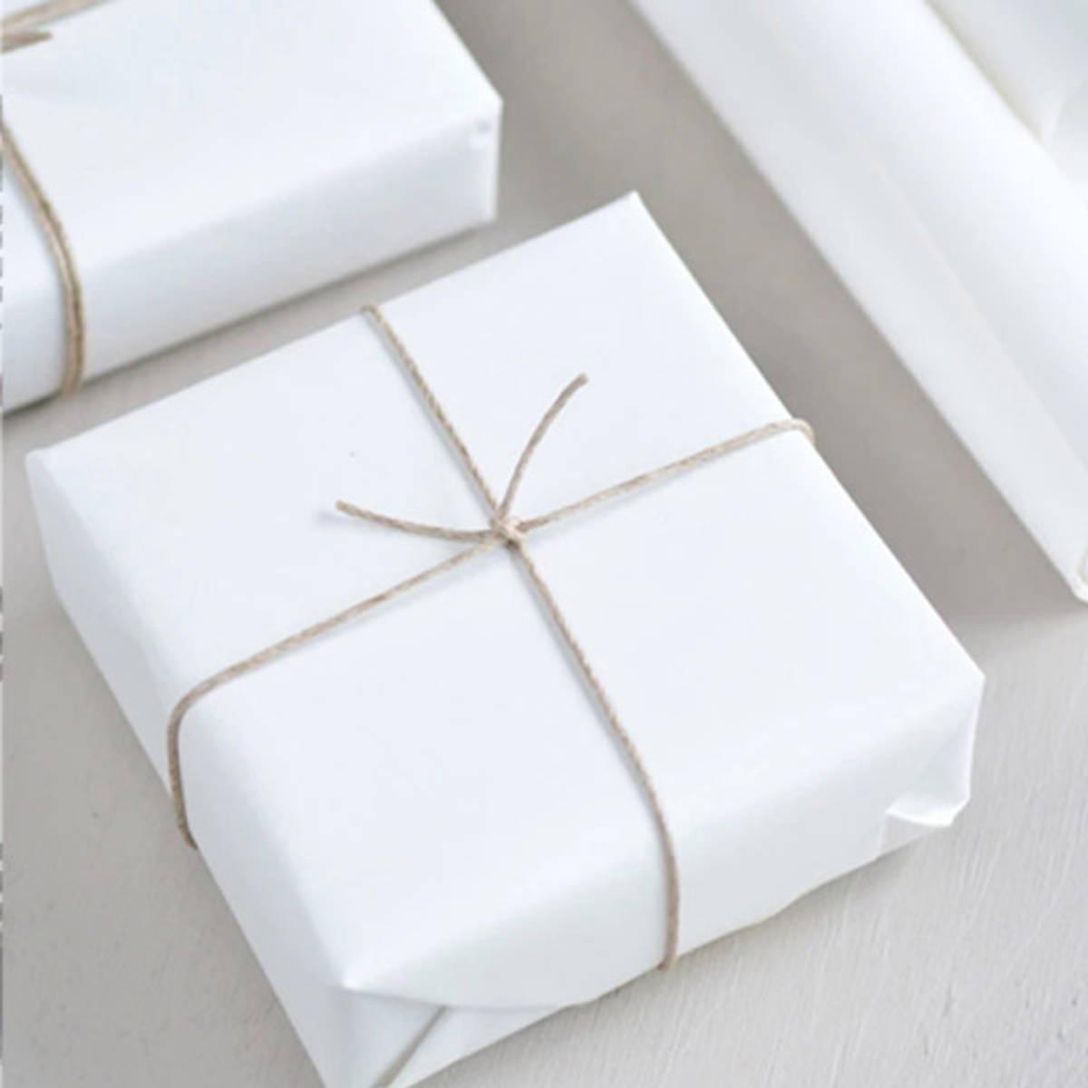 Agent M pakker og sender gaven din