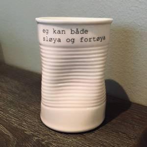 Bilde av kopp med tekst - sløya og fortøya