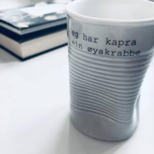 Bilde av kopp med tekst - kapra ein øyakrabbe