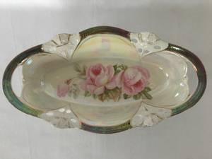 Bilde av Avlangt lite fat med perlemorluster og rosedekor.