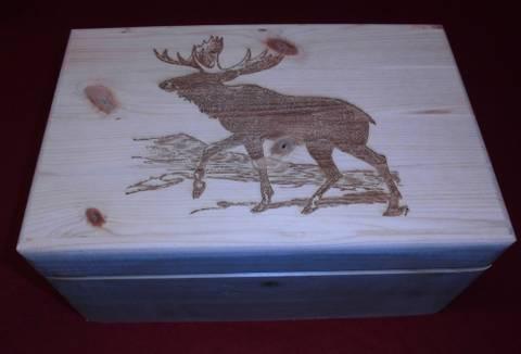 Bilde av Treskrin med inngravert motiv av elg.