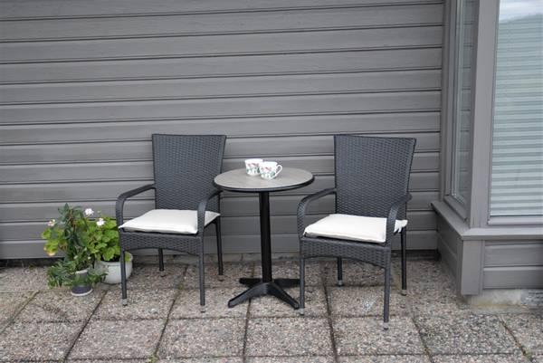 Bilde av Soria sett 2 stoler+bord Ø60 cm - tjæresort