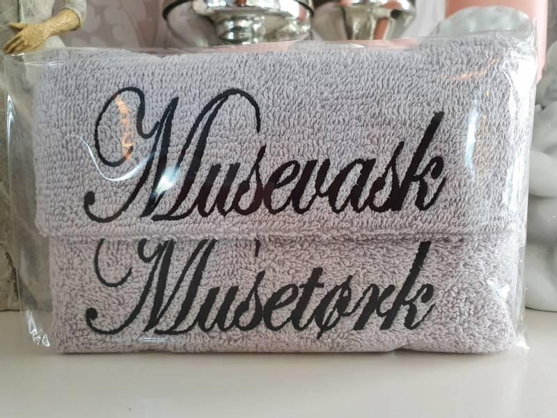 Musevask og Musetørk lysegrå med sort skrift