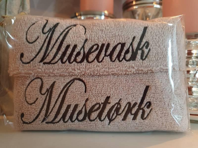 Musevask og Musetørk sand med sort skrift