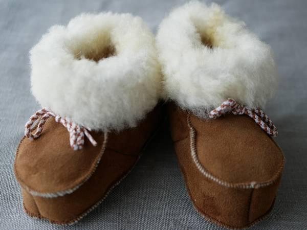 Bilde av Lammeskinnstøfler med snor - barn