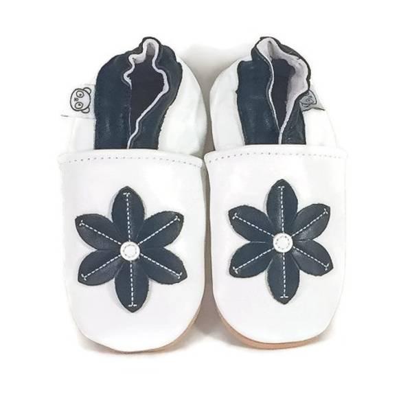 Bilde av Hvite skinntøfler med svart blomst fra Panda Feet