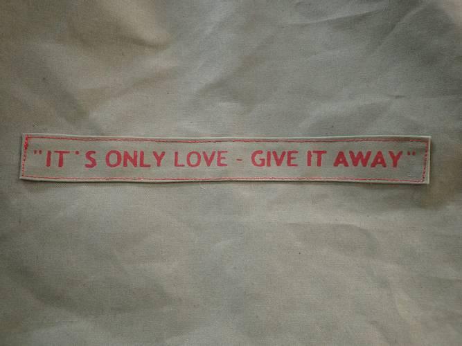 Bilde av It´s only love, handlenett, rød tekst