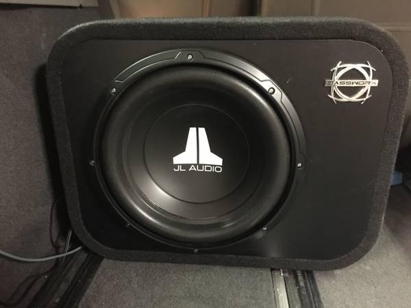 Bilde av JL Audio 12W0v3-4 i portet kasse 300 watt 4 ohm