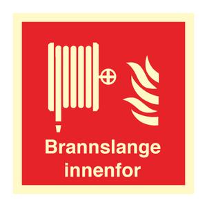 Bilde av Brannslange innenfor - brannskilt med symbol og tekst