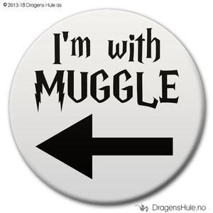 Bilde av  Button: I'm with Muggle m/ pil mot venstre (velg farge)