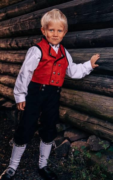Bilde av Salto bunad / Festdrakt til gutt med skjorte, rød