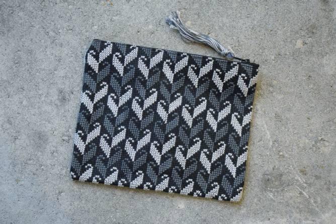 Bilde av Håndbrodert mappe, grå/svart