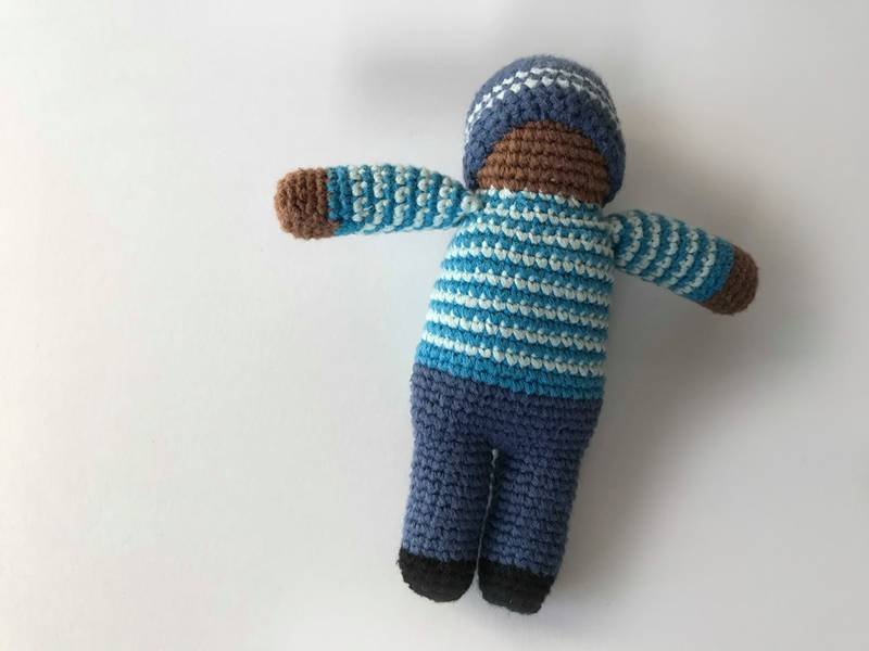 Bilde av Håndheklet dukke, mørk blå