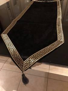 Bilde av Aten bordløper gull/svart 117cm