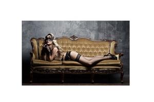 Bilde av Glass picture girl on the couch 90cm x 150cm