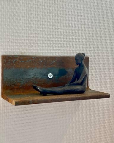 Bilde av Agnes (sittende figur) av Ole Rosén
