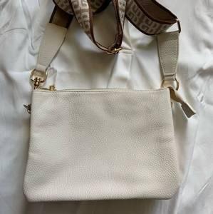 Bilde av Henny Zipper Pocket bag, white