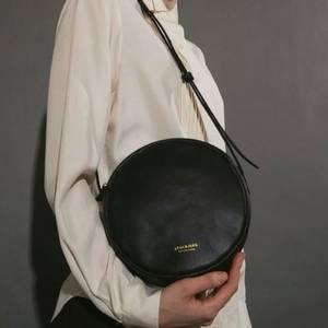 Bilde av Round shoulder bag sort