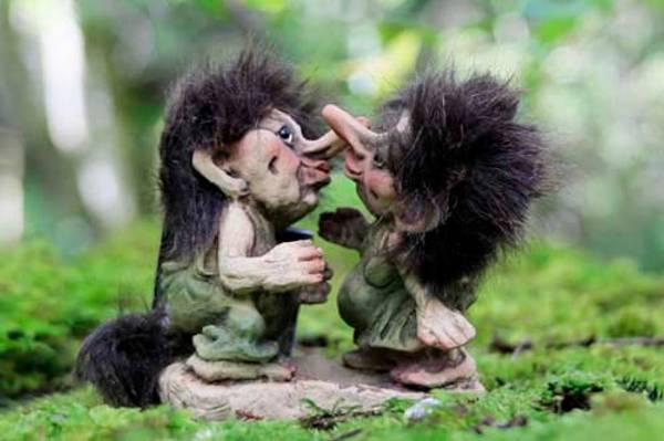 Image of Troll couple, kissing (Troll # 056)