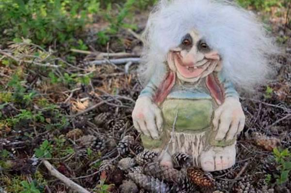 Image of Troll, sitting on a stub (Troll # 109)