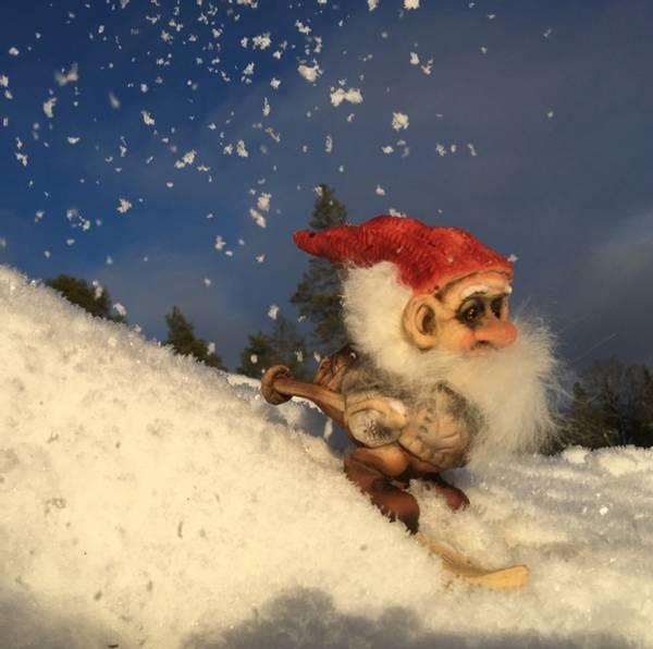 Image of Ny Form santa skiing
