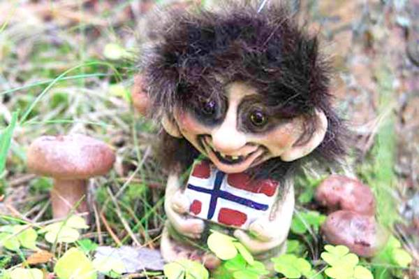 Bilde av Troll som holder flagg på mage  (Troll nr. 093)