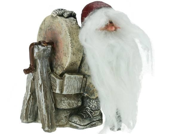 Bilde av Figur-Nisse ved slipestein Gammelnissen