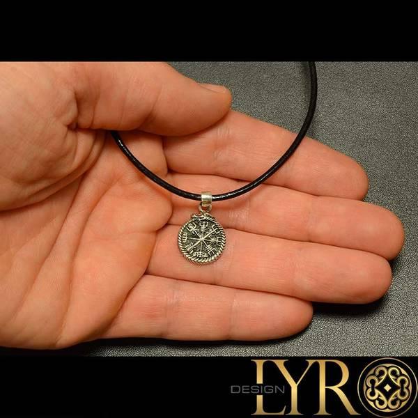 Bilde av Liten vegvisir amulett - Sølvanheng