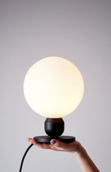Bilde av BORDLAMPE - Atom - Svart - Herstal