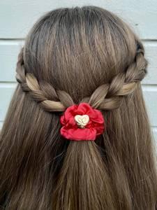 Bilde av BE Gold heart silk scrunchie cherry red