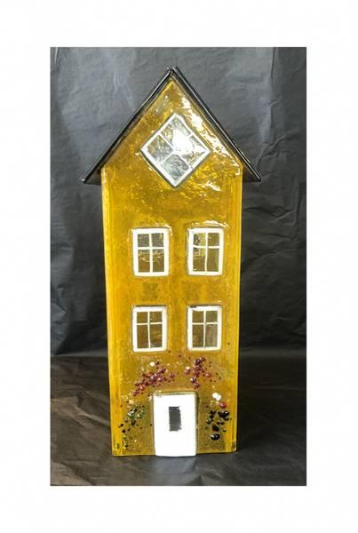 Bilde av Glass hus gul 26 cm