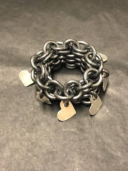 Bilde av Heklet sølv ring med hjerter-oksydert