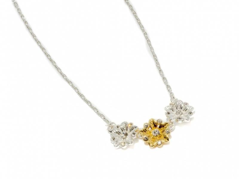 90131 Kort halssmykke med 3 blomster sølv og gullfarge