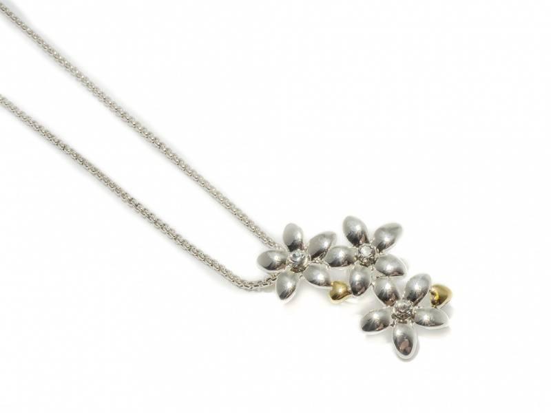 90135 Kort halssmykke med 3 blomster og små hjerter