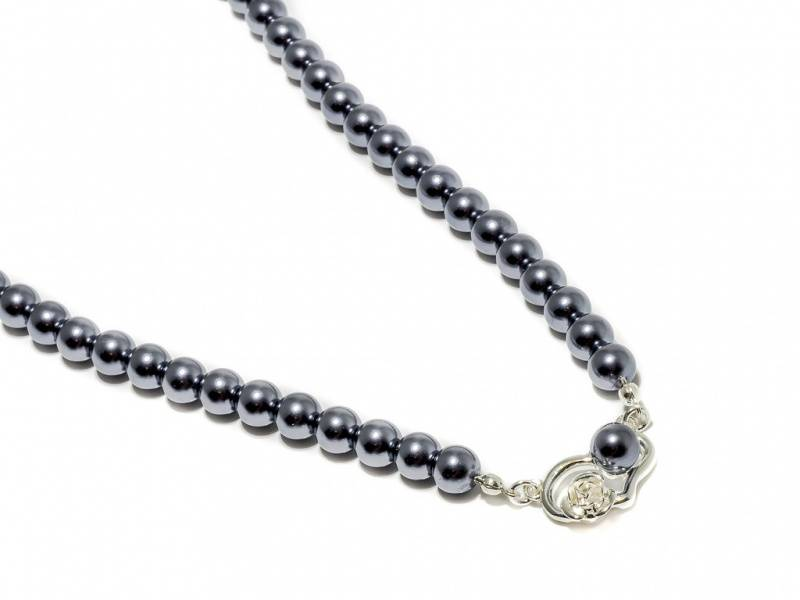 90137 Kort halssmykke med grå perler og hjerte med rose