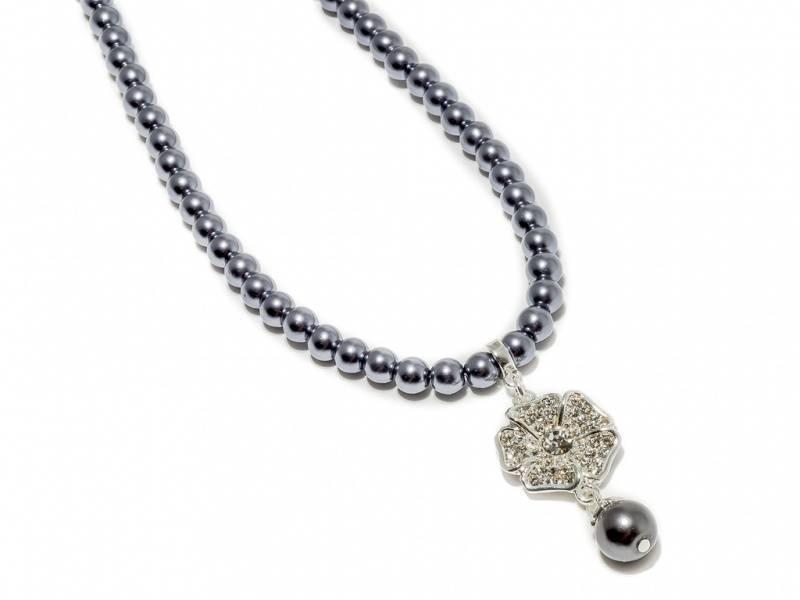 90139 Kort halssmykke med grå perler og blomst med stener