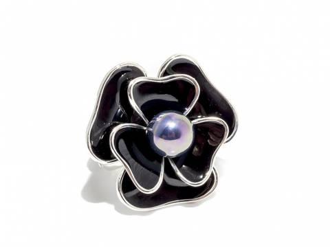 Bilde av 50104 Ring med stor blomst i sort emalje med