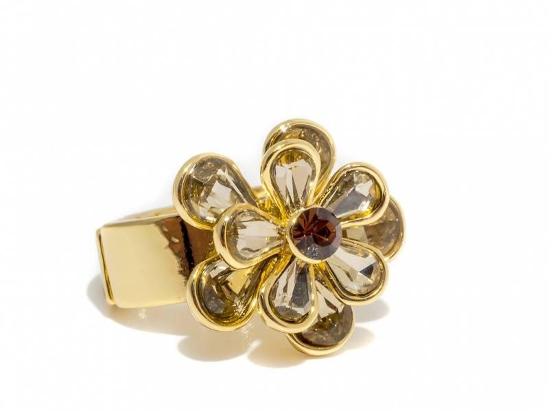 50105 Ring med blomst av stener gullfarget med gylden sten i mid