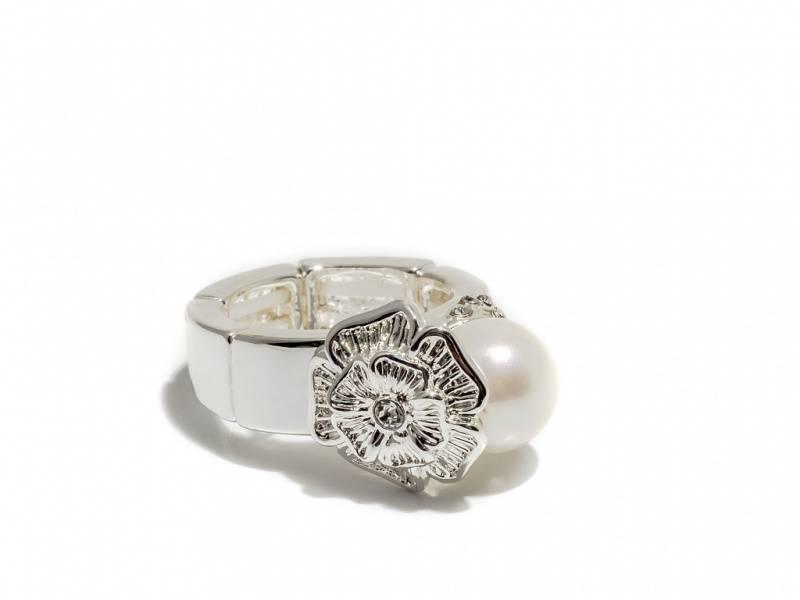 50109 Ring sølvfarget med hvit perle og blomst på siden